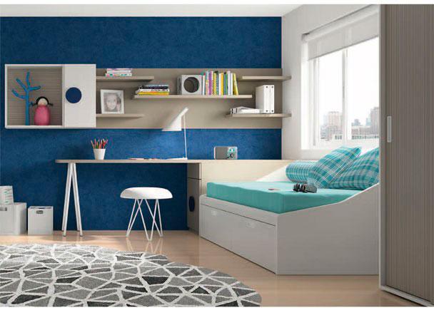 <p>Habitación infantil con cama nido de 2 cajones.<br />En la cabecera de la cama, hemos colocado un arcón extraíble, sobre el que descansa el sobre recto de 240,4 de largo, que configura la mesa de estudio.<br />La mesa apoya su lado más esterior sobre una pata de estilo caballete, acabada en el mismo tono de la mesa.<br />En esta habitación, hemos optado por una moderna composición mural de estilo marcadamente lineal. Esto lo hemos conseguido, combinando estantes con trasera que definen una linea horizontal. Junto a los estantes, se han colgado dos módulos colgantes, uno con puerta y otro abierto de linea cubo (ambos de la misma altura de los paneles traseros)</p>