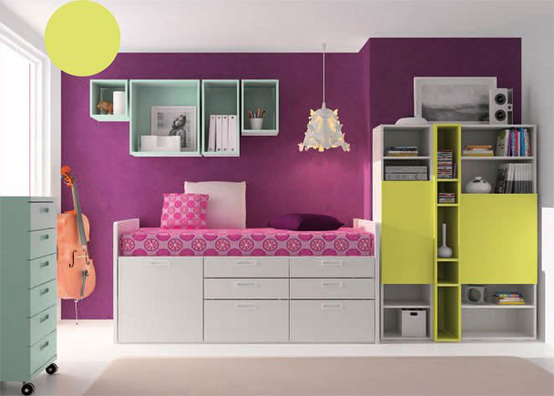 <p>Habitación infantil con cama compacta alta que incorpora en su base, una puerta extraíble, 4 cajones y 4 contenedores.</p>