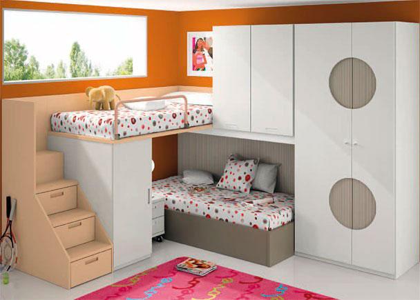 <p>Habitación infantil con armario doble asímetrico de 102 de ancho x 226,4 de altura. Las puertas vienen decoradas con un diseño de círculos rebajados, y con un tratamiento distinto al que presentan las puertas.</p> <p></p> <p>Junto al armario alto, se sitúa el block, compuesto de un módulo alto de dos puertas de 110 x 102 x 59,5 de fondo. y un armario block de 1 puerta, de 50 cm de ancho.</p> <p></p> <p>La cama inferior es un aro recto para somier de 90 x 190 y la cama superior, es una base asimétrica también para somier de la misma medida</p> <p></p> <p>Por debajo del módulo alto y de la cabecera de la cama superior, baja una trasera soporte para block, cortada especialmente para este caso.<br />Por último, se ha añadido una barandilla guardamiedos abatible y una mesita con ruedas de 40 cm y dos cajones.</p>