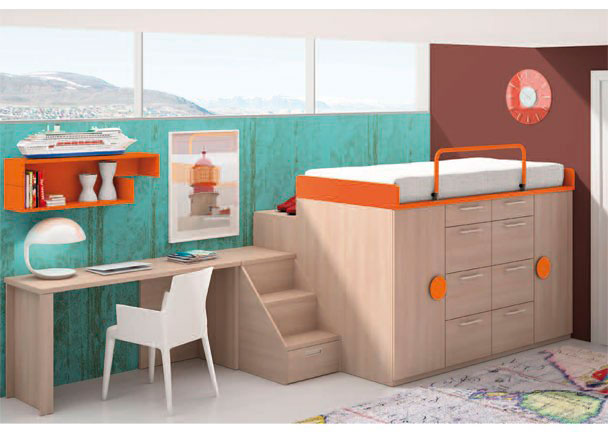 <p>Dormitorio infantil amueblado con una cama situada sobre un block compuesto de 4 m&oacute;dulos, dos de ellos son m&oacute;dulos de 50 cm&nbsp;de ancho, con 1 cajon y 3 contenedores, un armario block de puerta izquierda, otro igual de puerta derecha.<br />Sobre estos m&oacute;dulos, se apoya la base de la cama superior, para somier de 90 x 190. <br />Al conjunto se ha a&ntilde;adido un arc&oacute;n practicable para block y una escalera baja, con el mismo acabado de los m&oacute;dulos que componen el block y un guardamiedos abatible para la cama superior.</p> <p>&nbsp;</p> <p>A continuaci&oacute;n, se ha situado la mesa de estudio, compuesta por un sobre recto de 120,3 x 53, que se apoya sobre dos soportes diferentes. <br />Sobre la mesa de estudio, se han colocado unos m&oacute;dulos colgantes de dos medidas diferentes.&nbsp;</p>