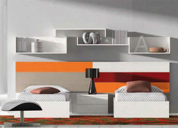 <p>Habitación con 2 camas dispuestas tradicionalmente sobre un panel de lámas de colores combinadas, que desempeña perfectamente la función de cabecero</p>