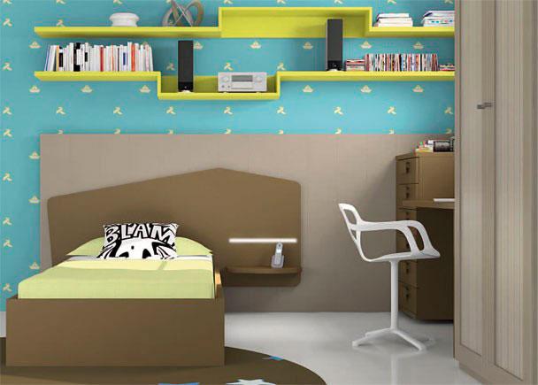 <p>Dormitorio infantil con armario de 2 puertas de 102 x 226,4 de altura.</p> <p></p> <p>La cama es una cama con cabezal, para somier de 90 x 190. El cabezal presenta un curioso diseño, y se prolonga superando la medida de la cama, sirviendo de base a un estante de pared que hace la función de repisa de noche.<br />Por detrás del cabezal, y perimetrando las dos paredes en ángulo hasta llegar al armario, se ha colocado otro panel en un tono de acabado diferente.</p> <p></p> <p>La zona de estudio se ha realizado con un sobre de 150 x 53 y una esquina curva. <br />Junto a la mesa y haciendo ángulo con la pared, se úbica el xinfonier de 50 cm de ancho y 6 cajones, al que queda sujeta la mesa, gracias a una escuadra soporte para unión. El otro lado de la mesa de estudio, se apoya sobre un soporte archivador.</p> <p></p> <p>Sobre la pared, se han dispuesto unos módulos diáfanos en color diferente al resto de los elementos, que hemos combinado con estantes de soporte oculto acabados en el mismo color.</p>
