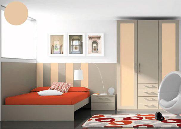 <p>Dormitorio juvenil con armario de tres cuerpos (dos cuerpos con puerta y un cuerpo de puerta con 4 cajones vistos.)</p> <p></p> <p>La cama es de estructura de aro recto con plafón, para somier de 90 x 190, y se apoya sobre un cabezal panel recto cortado a 120 x 140 de ancho, hecho a base de lamas de 20 cm en dos tonos de acabado diferentes.</p> <p></p> <p>Junto al cabezal a modo de continuidad, se han colocado dos paneles rectos con la misma altura de 120, uno de ellos es de 2 m y otro más pequeño de 70 cm de ancho, sobre el que se apoya una mesita de 50 cm de ancho con dos cajones.</p>