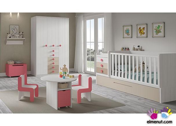 Dormitorio de bebé equipado con una cuna convertible de barandilla recta para colchón de 140 x 70 y base con arrastre nido. El ambiente cuenta ade