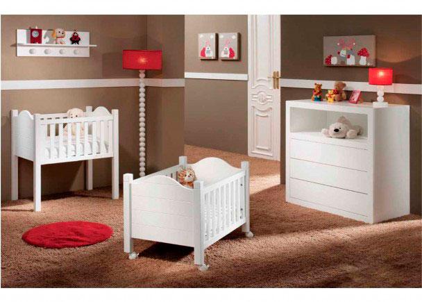 <p>Dormitorio para bebé con Minicuna alta curva lacada y con los cantos canteados con PVC.</p>