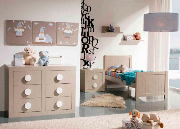 Habitación de bebé con cuna.El mobiliario de esta habitación, pertenece a la serie Seven, y ha sido fabricado en DM lacador.En la fotograf&