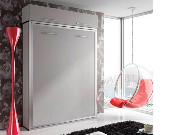 Habitación juvenil con cama abatible vertical de 135 x 190.La composición se ha terminado con un altillo y dos costados laterales para esta altura