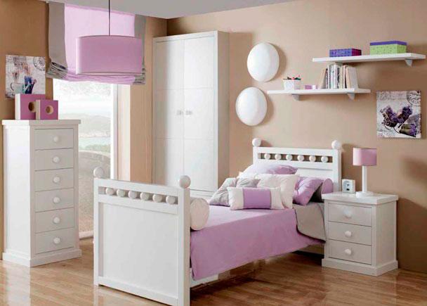 Dormitorio juvenil lacado de gran calidad. Para su amueblamiento, se ha elegido una cama de exquisito diseño colonial, para colchón de 90x190.