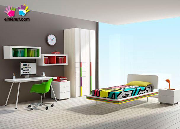 <p>Habitación juvenil muy divertida y equipada con una novedosa propuesta de muebles modulares en la que destacan las combinaciones de color.</p>