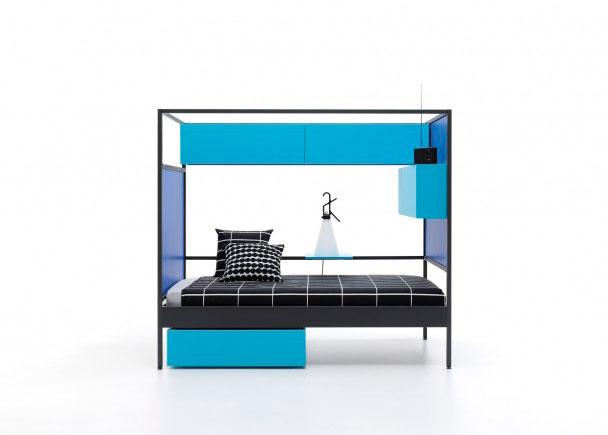 <p>Cama combinable Me, de estructura metálica para colchón de 90 x 200. Como complemento lleva, un contenedor horizontal doble, un panel contenedor, un cajón nido, un cabezal laminado y una mesita removible.</p>