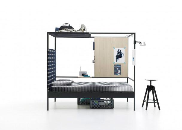 <p>Cama combinable Young de estructura metalica para colchón de 90 x 200. Como complemento lleva, una estantería oculta doble, un cabezal con cinchas elásticas, una red porta-bultos, un panel con imanes</p>