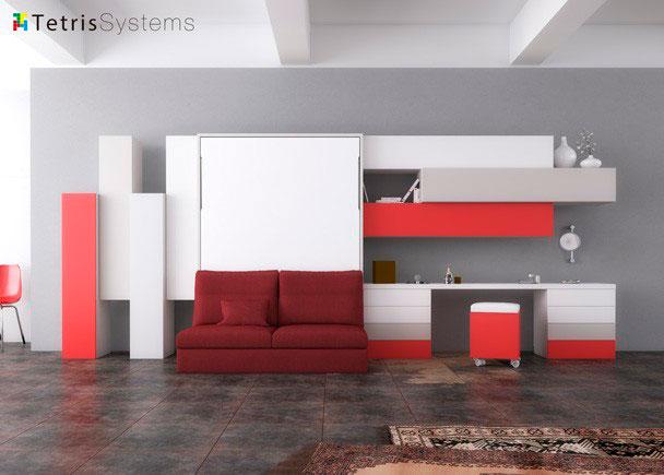 Salón con cama abatible vertical de matrimonio y sofá DIVO sin brazos. El ambiente cuenta además con una zona con escritorio y una composic