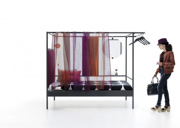 <p>Cama combinable de estructura metálica 90x200. Con cabezal tapizado liso, cortina de gasa, espejo redondo, estantería oculta simple, barra perchero y mesita removible.</p>