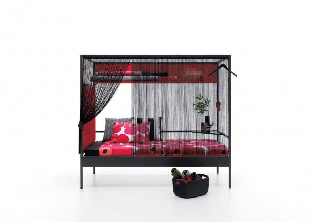 Cama combinable de estructura metalica de 90 x 200. Como complemento lleva un cabezal tapizado liso, una cortina de flecos, un estantería en L doble, una