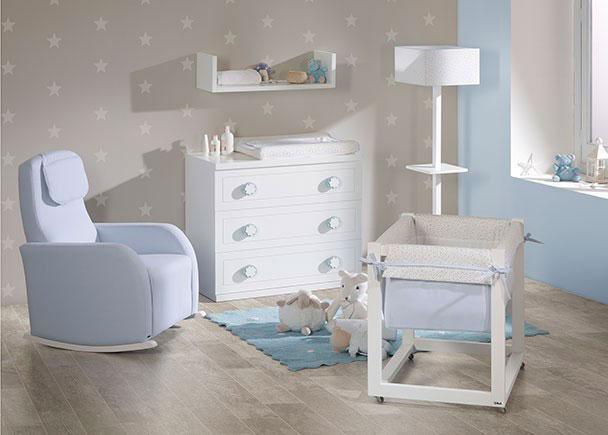 Habitación de bebé con equipada con una minicuna y una cómoda de 3 cajones totalmente lacados, tanto interior como exteriormente. Como comp