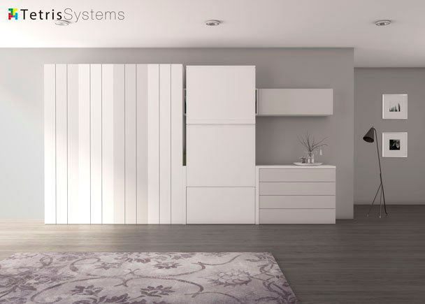 <p>Salón con mesa abatible vertical integrada en composición mural con armarios de puertas listonadas y terminal tv de cajones .con modulo colgante.</p>