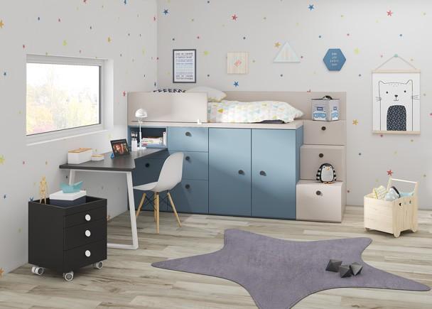 <p>Dormitorio infantil con cama sobre modulos block.&nbsp;de puertas y cajones contenedores, que permite disfrutar de espacio extra de almacenamiento. Los modulos block se fabrican adem&aacute;s en diferentes alturas, para que t&uacute; mismo puedas elegir la opci&oacute;n que m&aacute;s se adec&uacute;e a tus necesidades y comodidades.<br />El ambiente se completa con una zona de estudio con escritorio de dise&ntilde;o libre sobre pata met&aacute;lica y una escalera de 3 cajones, que facilita mucho el acceso a la cama superior.</p>