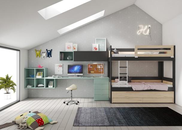 <p>Habitación infantil equipada con una litera de 3 camas, una de ellas deslizante con 2 cajones en la parte inferior y escalerilla entre camas. Este novedoso modelo de litera, es necesariamente más alto de lo habitual, pero a cambio consigue reunir 3 camas y módulos de almacenamiento en muy poco espacio. El ambiente se completa con una amplia zona de estudio con escritorio recto sobre módulos diáfanos y base de 4 cajones.</p>