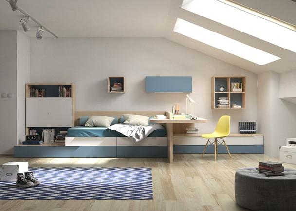 <p>Habitación juvenil equipada a base de elementos modulares base y apilables. Uno de los módulos base incluye una segunda cama nido de arrastre, que queda intencionadamente desplazada creando una repisa, sobre la que se ha apilado una librería con puertas. En estancias alargadas, el escritorio puede servir como elemento separador para definir las zonas de noche y día.</p>
