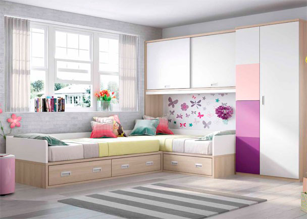 <p>Domitorio infantil con dos camas nido en ángulo con cajones. Armario alto de puertas correderas y otro largo con puertas de paneles combinados</p>