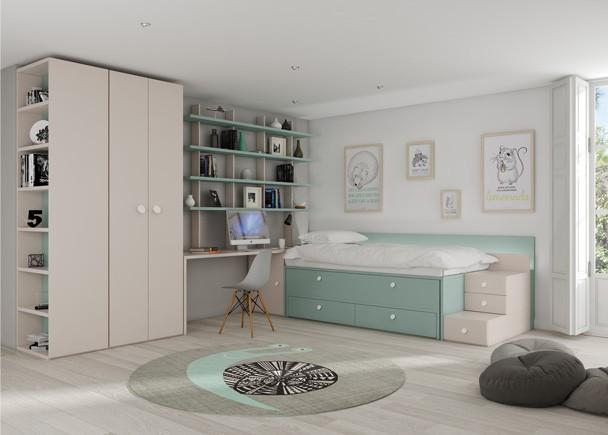 <p>Este ambiente corresponde a una habitaci&oacute;n infantil equipada con un compacto de dos camas que incluye, cama fija o principal, una cama intermedia o deslizante y una base de 2 cajones en la parte inferior.&nbsp;&nbsp;Junto a la cama se ha colocado (a la izquierda) un practico arc&oacute;n de puerta extra&iacute;ble sobre el que apoya el escritorio con librer&iacute;as en H que descansan a su vez sobre el escritorio sin restar espacio a la zona de trabajo, y seguidamente un armario recto de dos puertas y terminal con puerta y estantes vistos. a la derecha de la cama se han colocado as&iacute; mismo, unos m&oacute;dulos en forma de escalera que facilitan el acceso a la cama a los m&aacute;s peque&ntilde;os. El ambiente se completa con una amplia armariada con terminal.</p>