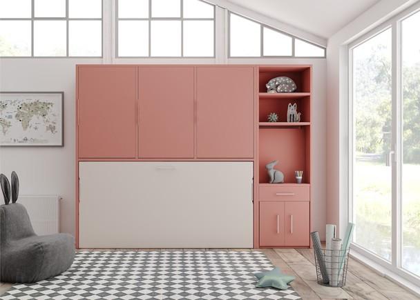 <p>Dormitorio juvenil con cama abatible horizontal de 90 x 190 y armario superior de 3 puertas batientes. El mueble situado a la derecha, es un módulo librería cuya parte inferior oculta un práctico escritorio extensible, de modo que cuando no esté en uso, se recoge fácilmente, dejando libre todo el espacio.Éstascamas incluyen un<strong>sistema de bloqueo anti-cierre</strong>que evita el posible cierre involuntario de la cama. Además, vienen de serie con somier de lamas, algo fundamental en acabados de calidad, ya que favorece la transpiración del colchón y por lo tanto su higiene, algo que repercute notablemente en la vida de los mismos, además de reforzar la seguridad de las camas</p>