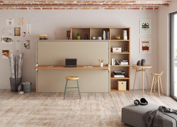 Estudio con cama abatible horizontal de 105 x 190 con escritorio plegable de apertura sincronizada. El ambiente se completa con unas librerías que parece