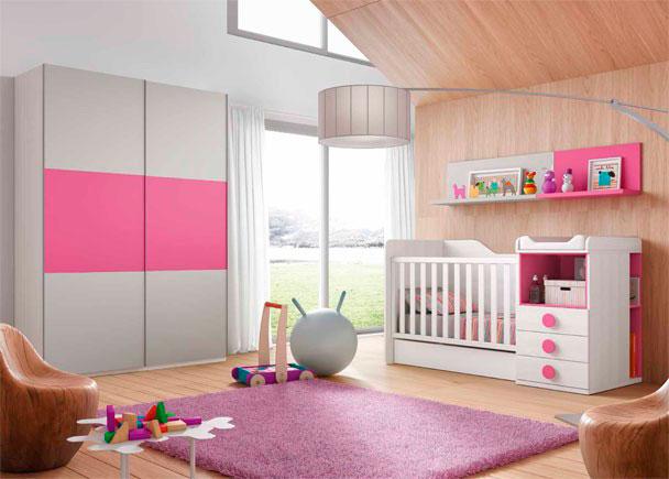 <p>Habitaci&oacute;n de beb&eacute; con cuna convertible y armario de dos puertas correderas con paneles combinables.</p>