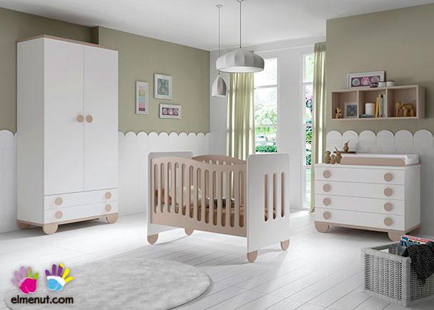 Dormitorio Infantil equipado con una práctica cuna y con patas redondas+ Armario de 2 puertas + Comoda-Cambiador de 4 cajones.