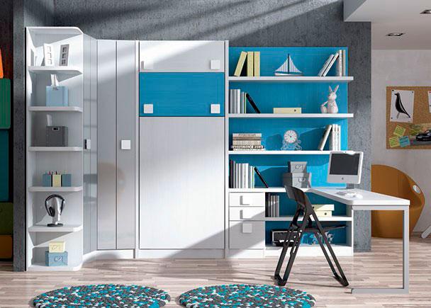 <p>Habitación infantil equipada con una cama abatible vertical con altillos. Cuenta además con un armario rincón y terminal de estantes curvos y una amplia zona de estudio con escritorio en peninsula.</p>