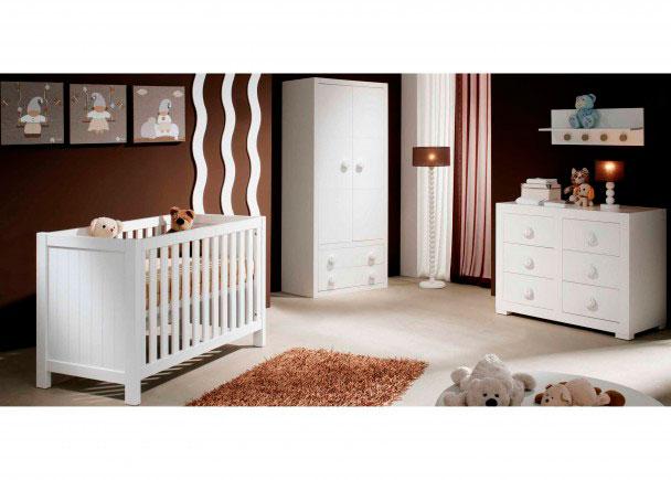 <p>Dormitorio de beb&eacute; con cuna modelo Seven de barrote plano para colch&oacute;n de 60 x 120 y armario 2 puertas 2 cajones y c&oacute;moda con 6 cajones de la misma serie</p>