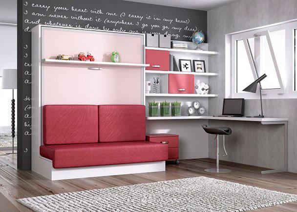 Dormitorio con cama abatible vertical para colchón de 150 x 190 con estante, sofá y zona estudio con librería de 150 cm con panel y escrito