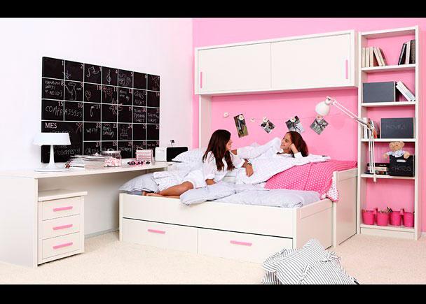 <p><strong>Habitación juvenil</strong> de refinada <strong>linea colonial</strong>, decorada con mueble compacto con cama deslizante + base con dos baúles contenedores.</p>