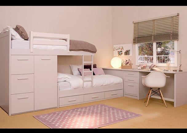 <p>Habitaci&oacute;n infantil de refinada linea colonial, decorada con camas tipo tren.</p>