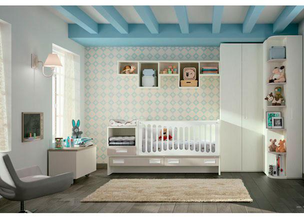 <p>Dormitorio con Cuna convertible modelo LEVEL y armario rincón con puertas plegables que facilitan el acceso total al interior</p>