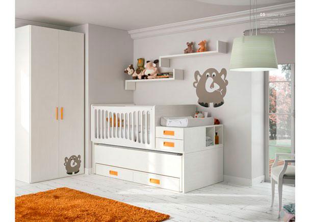 <p>Dormitorio de beb&eacute; con cuna convertible modelo Conver DUO de barandilla curvada y armario decorado con peque&ntilde;as mascotas en relieve.</p>