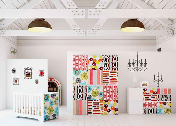 Habitación de Bebé con cuna lacada en brillo y decorada estilo VINTAGE gracias al tapizado caprichoso de los frentes de puertas y cajones.
