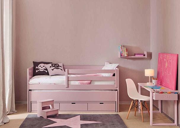 Habitación infantil de estilo romantico de color rosa Himalaya, todofabricado en madera de haya y acabado con lacas texturadas.La habitación