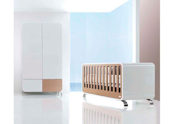 Habitación de Bebé equipada con cuna lacada en brillo modelo KURVE NATURE.  Este modelo pertenece a nuestra gama de cunas y convertibles PREMIUM.