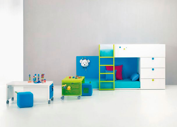 <p>Habitación Infantil con Tren tarima con 2 Camas y Sinfonier 3 Cajones con Escalera, Trasera de color para cama con perchero. No se necesita somier.</p>
