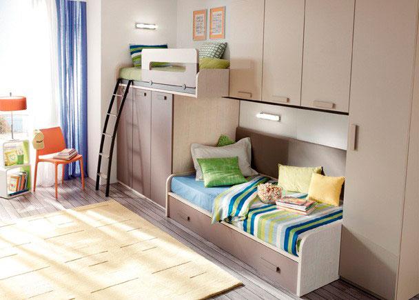 Gran capacidad de guardado en esta composición de camas tren con incorporación de altillos y un pequeño modulo armario (los hay de varias medidas). Los módulos que sostienen la cama alta tienen su misma profundidad.