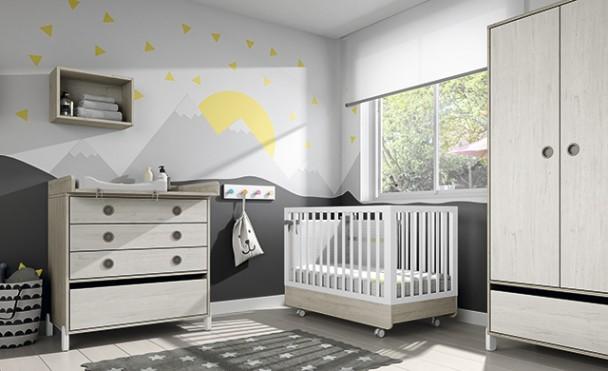 Dormitorio de bebé con cuna de estilo nórdico para medida de colchón de 120 x 60 con ruedas. El ambiente cuenta además con una c&oac