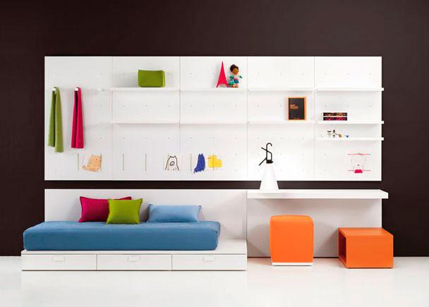 Dormitorio Juvenil muy moderno compuesto con Cama block tarima, cajones contenedores, Mesa estudio, 3 Paneles estantería y un Cubo abierto lacado.