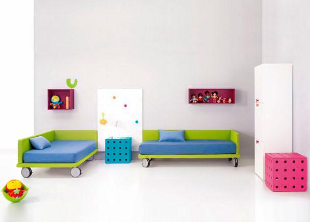 <p>Habitación Infantil con 2 Camas tarima tapizadas con ruedas, Panel pared perchero, Estantes pared con trasera, Armario contenedor 3 Puertas y cubos.</p>