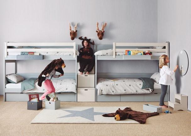 <p>Habitaci&oacute;n infantil equipada con dos literas y escalera de 3 cajones. Las dos camas cuentan con barandillas quitamiedos y dos nidos; uno con somier de arrastre y otro con 3 cajones.</p>
