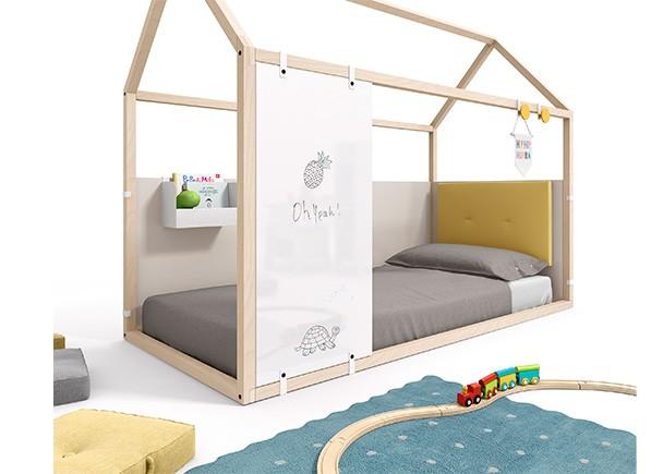 <p>Dormitorio con cama en forma de casita, fabricada en madera de haya + complementos personalizables.</p>