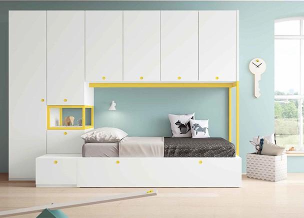 <p>Habitación juvenil de línea modular, equipada con armarios, altillo puente y cama nido con somier de arrastre. Los complementos metálicos se pueden lacar en cualquier color disponible en el programa.</p>