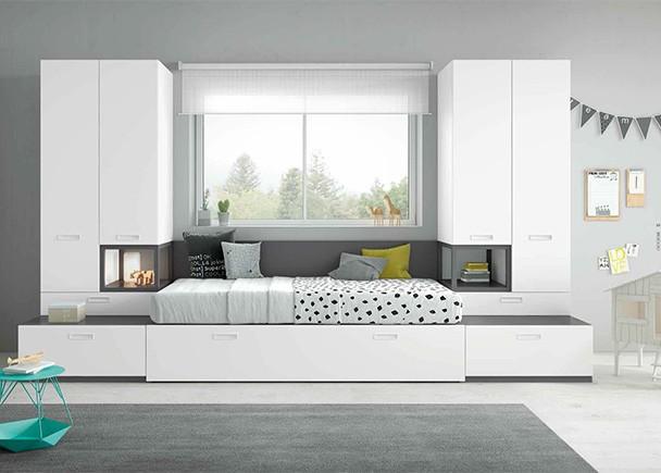 Dormitorio infantil de linea modular con dos camas y armarios laterales y modulos base con gran capacidad de almacenamiento.