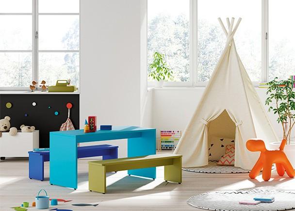 Habitación infantil equipada con una zona de juegos con mesa y asientos tipo banco.