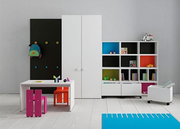 <p>Habitación infantil equipada con una zona de juegos con mesa y dos sillitas de colores.</p>